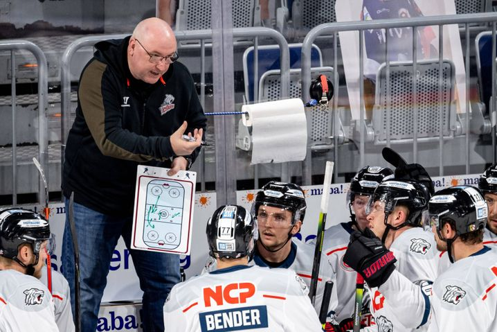 Nürnbergs Trainer Frank Fischöder mit Taktiktafel: Nichts dem Zufall überlassen
