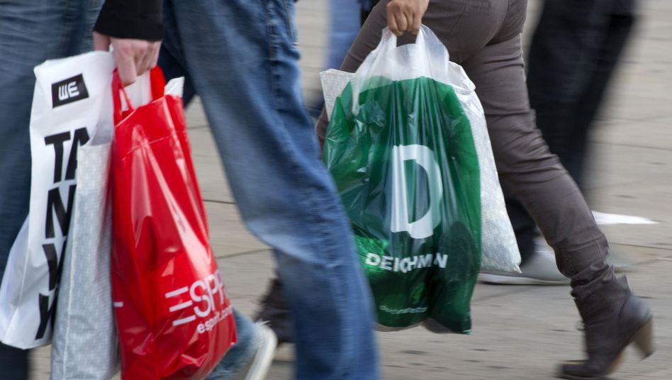 Passanten mit Einkaufstüten in Berlin: Zyperns Zwangsabgabe erschüttert Sparer