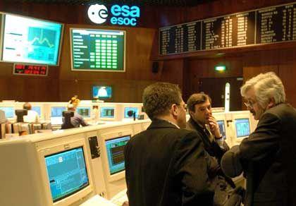 """Enttäuschung bei der Esa: Missionsdirektor Southwood (r.) wartete erneut vergeblich auf ein Signal von """"Beagle 2"""""""