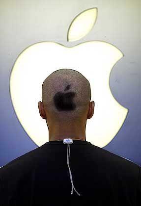Apple-Manie: Ein Firmenmitarbeiter trägt das Apfellogo als Frisur