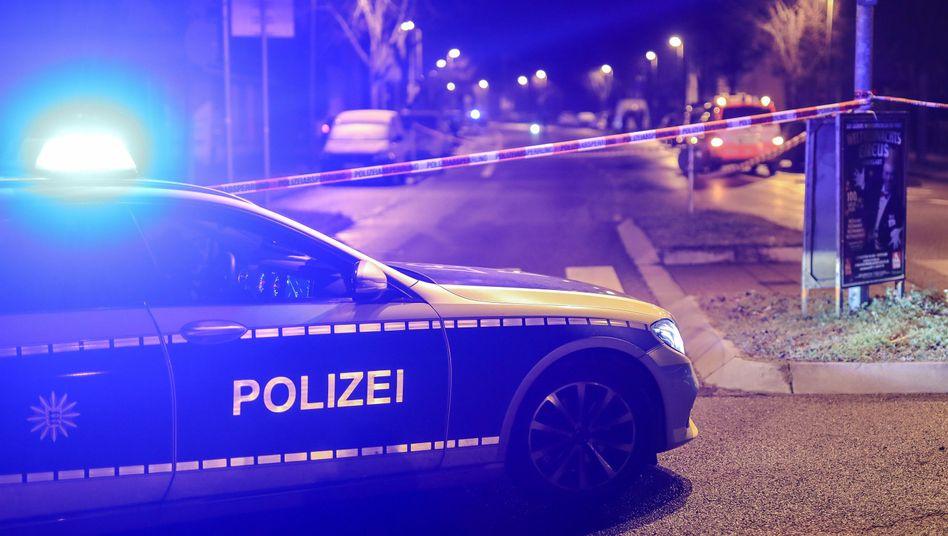 Polizeiwagen am Tatort: Tödliche Schüsse in den frühen Morgenstunden