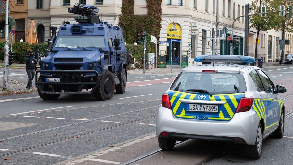Halle in Sachsen-Anhalt: Einsatzfahrzeuge auf einer Hauptstraße nahe der Synagoge