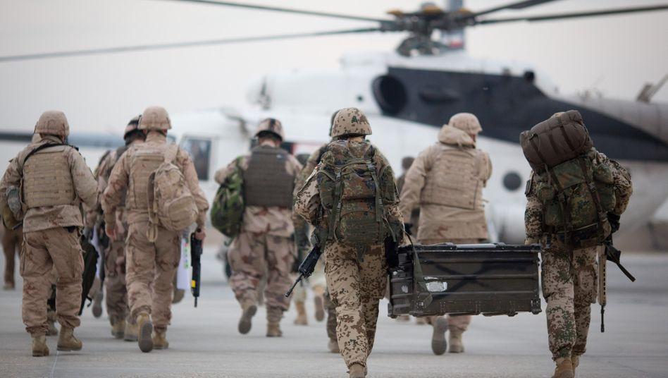 Bundeswehrsoldaten auf dem Flughafen Masar-i-Scharif (Archivaufnahme)