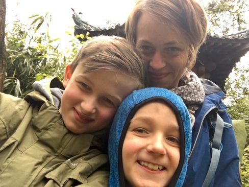 Maren Kirchheim mit ihren Söhnen im Zoo, vor der Coronakrise