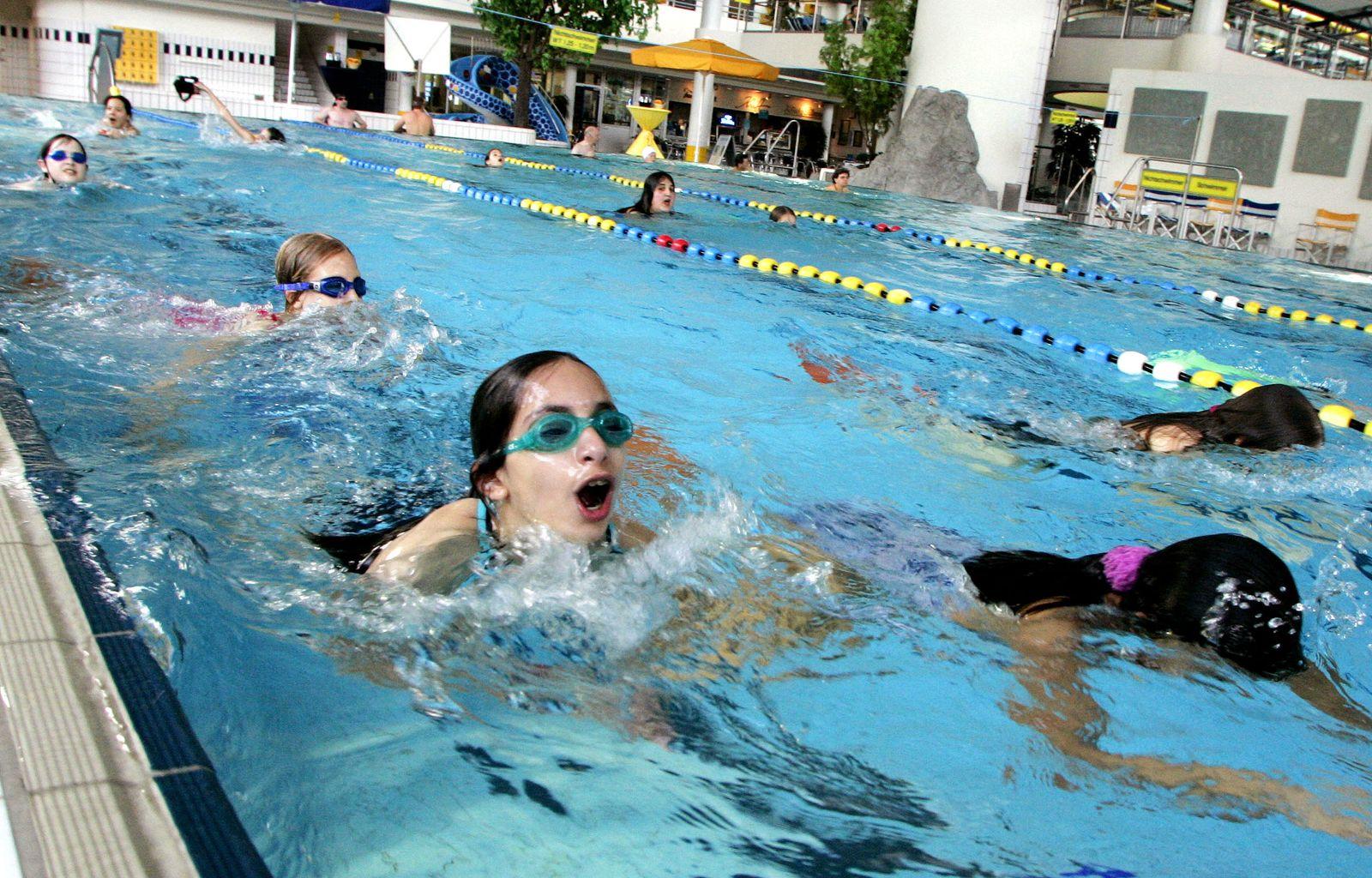 UniSpiegel / Schwimmunterricht