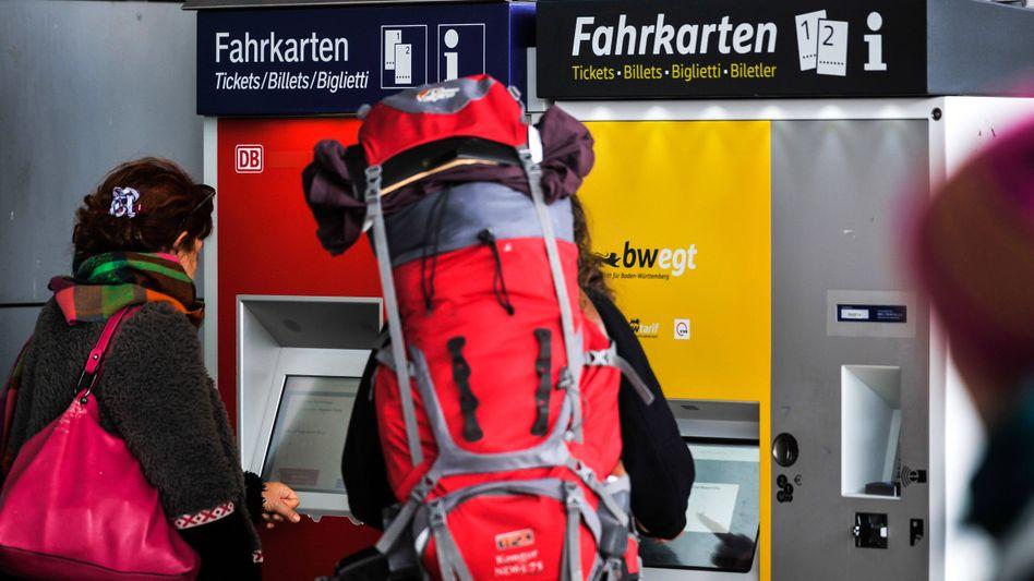 Reisende am Fahrkartenautomat: Umtausch gegen Gutscheine