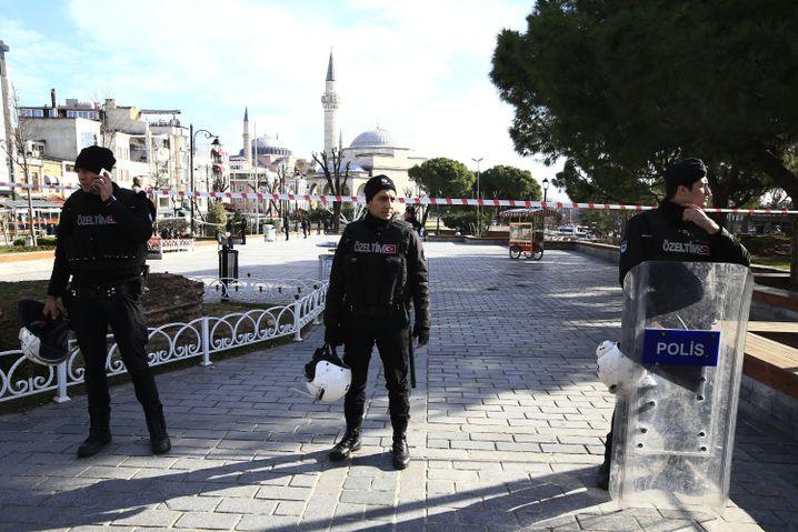 Polizisten riegeln den Platz, an dem es zu der Explosion kam, ab