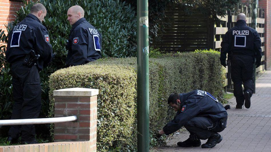 Polizeibeamte in Emden: Eine 40-köpfige Mordkommission sucht nach dem Täter