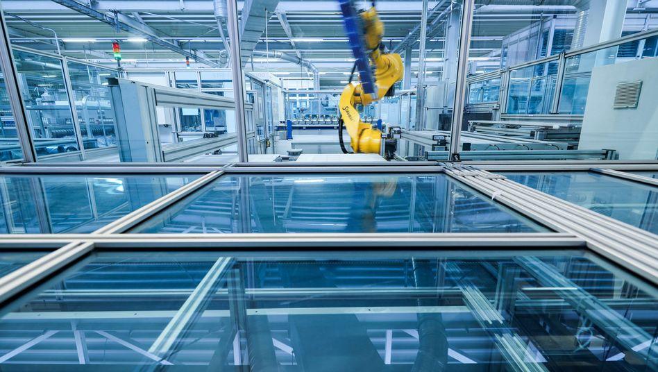 Ein Roboter der Heckert Solar GmbH arbeitet an der Lötstation einer Fertigungslinie für Solarmodule