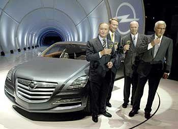 Gruppenbild mit Studie Insignia: Designchef Martin Smith, GM-Chef Rick Wagoner, Opel-Chef Carl-Peter Forster, Vize-GM-Chef Bob Lutz (v.l.n.r.)