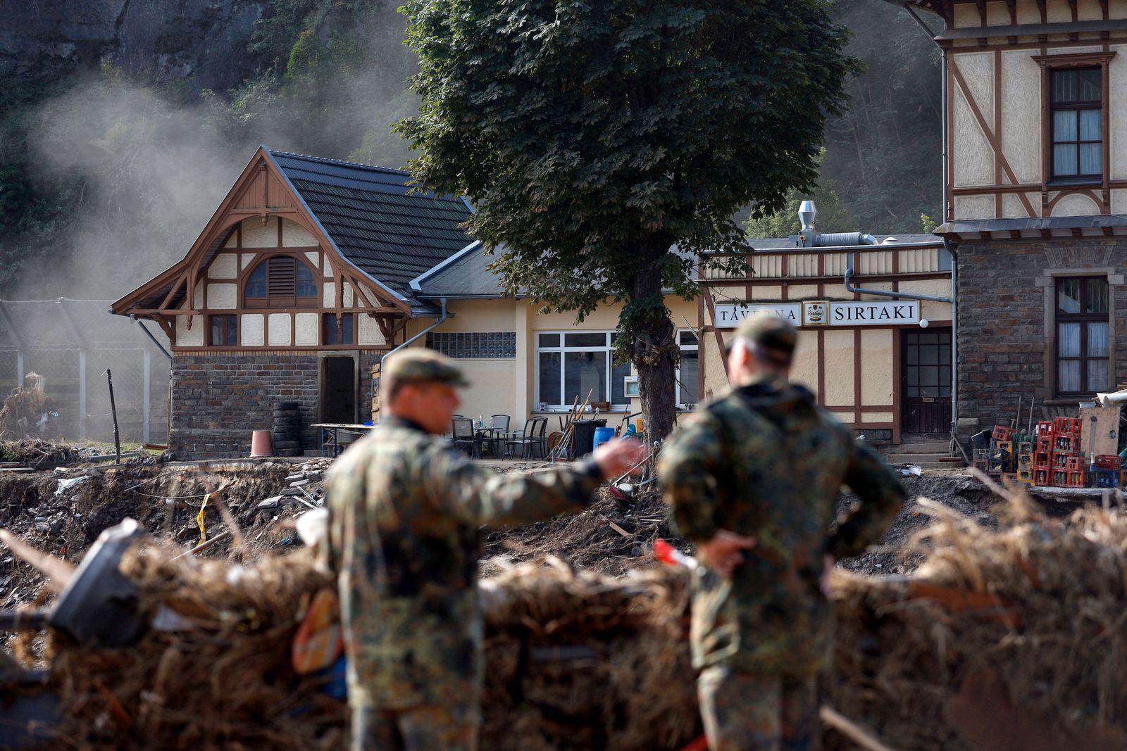 Nach dem Jahrhunderthochwasser in der Eifel durch heftige Regenfälle und Dauerregen mit Überschwemmungen und Überflutun