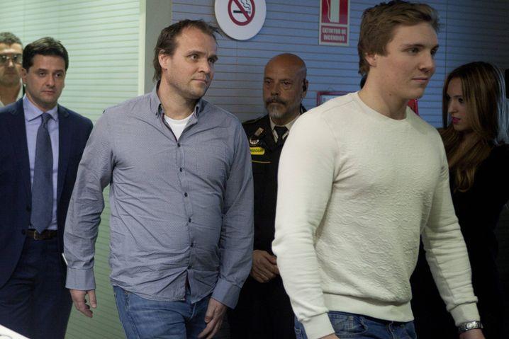 Martin Ødegaards Vater Hans Erik (2.v.l.) und Bruder Kristoffer (r.) im Januar 2015 im Bernabéu-Stadion