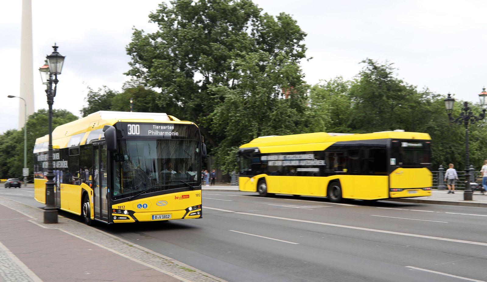 08.07.2020, Berlin - Deutschland. Die Elektrobuslinie 300 f?hrt umweltfreundlich mit Strom. *** 08 07 2020, Berlin Germa