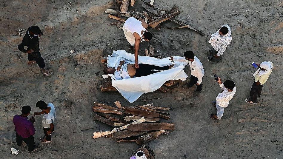 Einäscherung eines an Covid-19 Verstorbenen in Allahabad