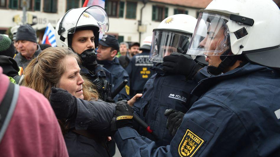 Polizisten und Gegendemonstranten in Weinheim: Verletzte Beamte