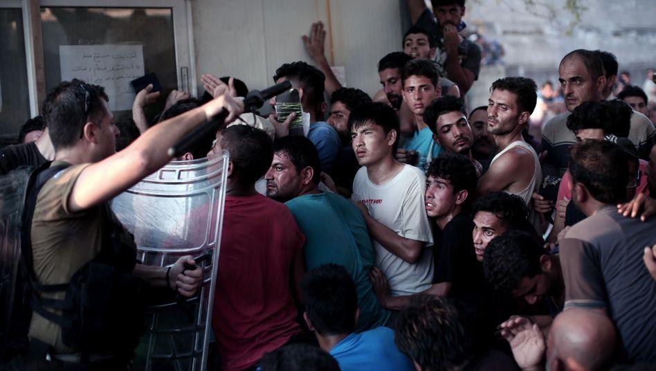 Flüchtlinge auf der Insel Lesbos: Es fehlt an Schlafplätzen und Lebensmitteln