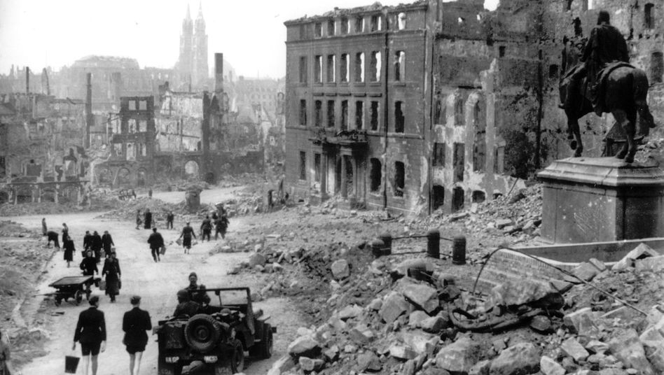 US-Jeep im zerstörten Nürnberg 1945