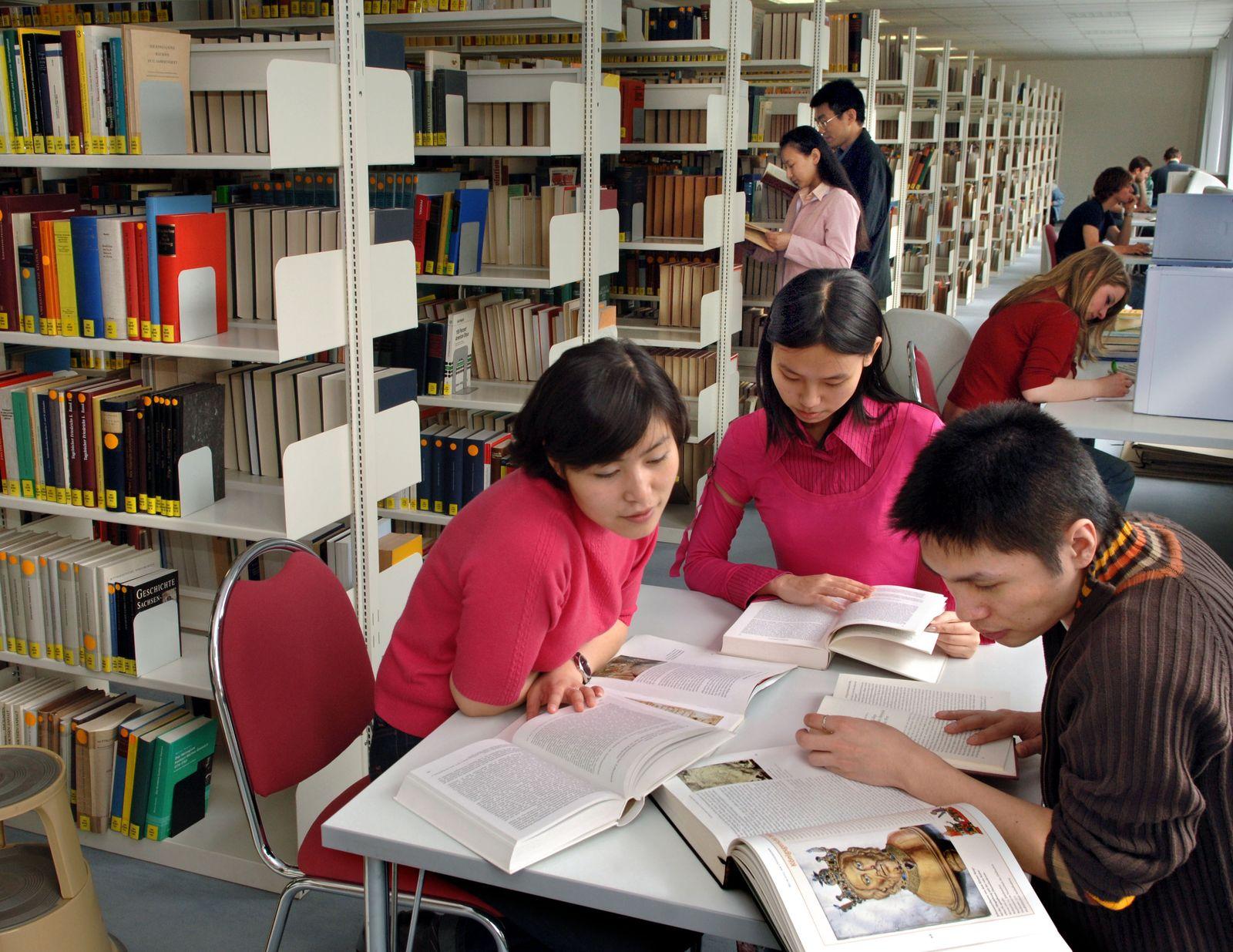 UniSPIEGEL/ Asiatische Studenten
