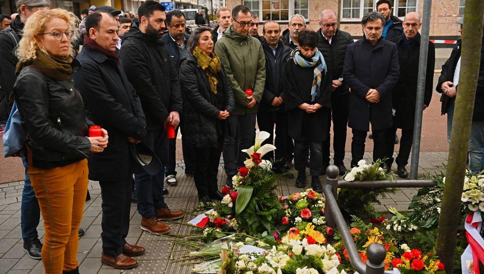 Cem Özdemir (M.) beim Besuch des Tatorts am Heumarkt in Hanau, 22. Februar 2020