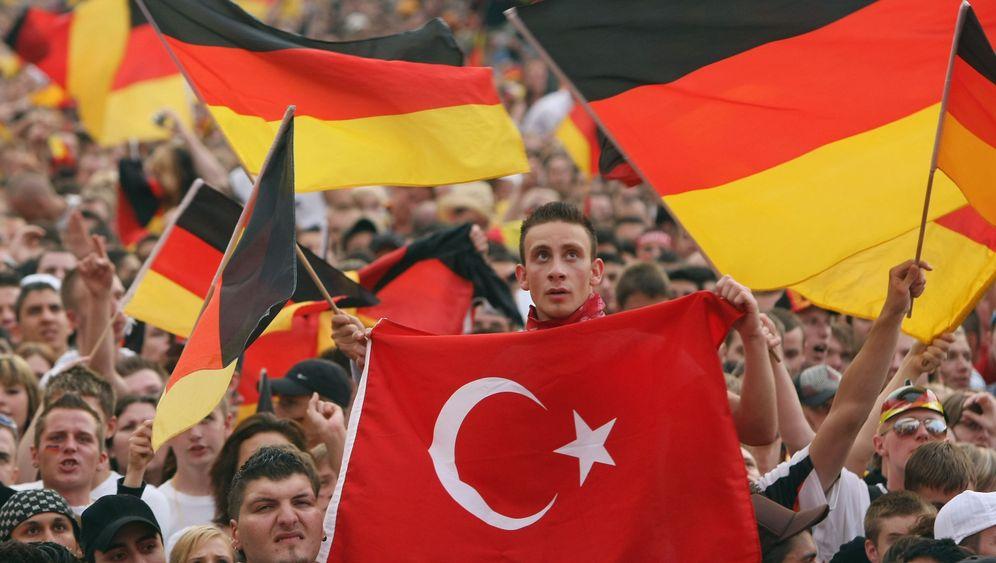 Umfrage unter Deutsch-Türken: Rückkehrwunsch, Religion und Heimat