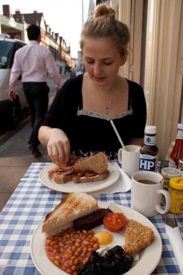 Anna Lena in einem Café: Vor allem das Essen war teuer