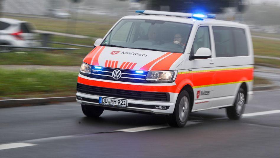 Krankenwagen auf dem Weg zum Einsatz (Archivfoto)