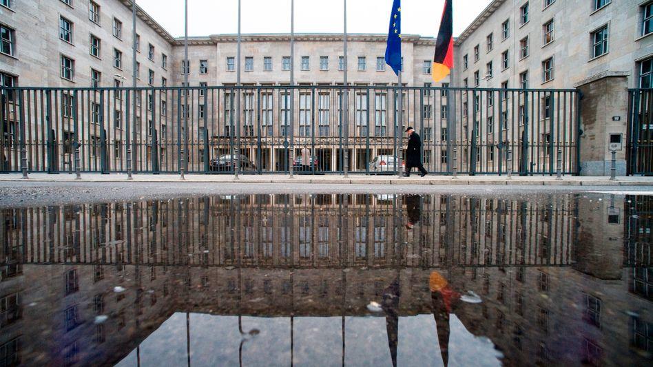 Bundesfinanzministerium in Berlin (Archiv): Ein Plus von 2,8 Milliarden