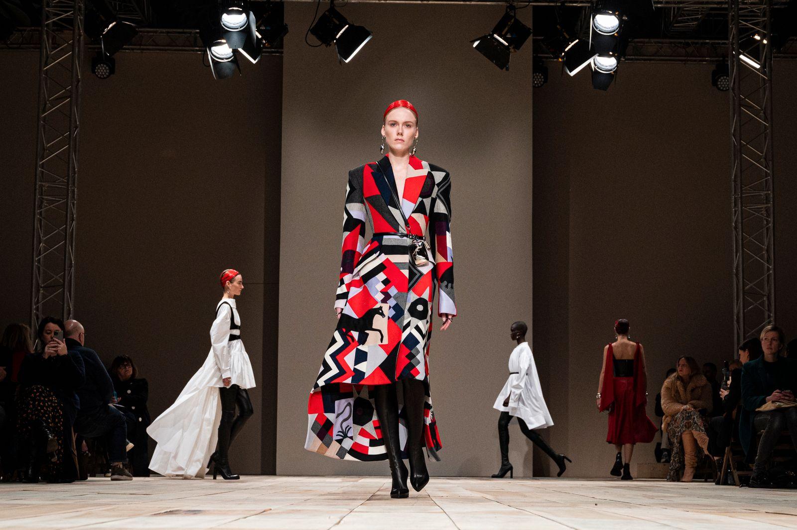 Alexander McQueen : Runway - Paris Fashion Week Womenswear Fall/Winter 2020/2021