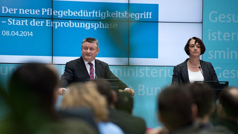 """Bundesgesundheitsminister Gröhe und Kassenverbandschefin Pfeiffer: """"Dem Pflegebedarf besser gerecht werden"""""""