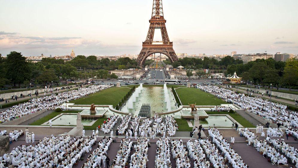 Paris: Ganz in Weiß mit einem Picknickkorb