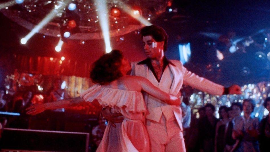 """John Travolta in """"Saturday Night Fever"""" (1977): Millionen versuchten sich an diesem Hüftschwung – und scheiterten kläglich."""