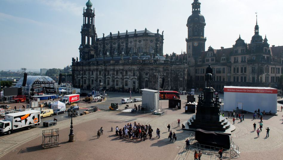Aufbauarbeiten zum Tag der Deutschen Einheit auf dem Theaterplatz in Dresden