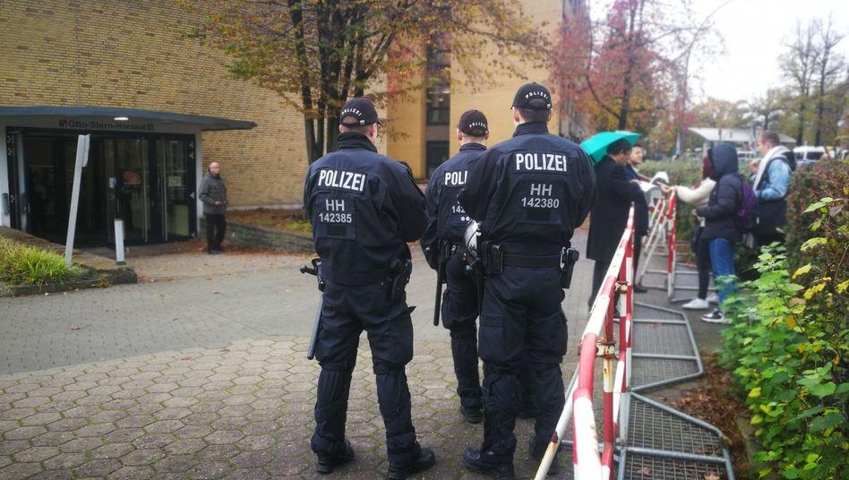 """Polizisten bewachen die Lucke-Vorlesung: """"Irrsinniger Aufwand"""""""