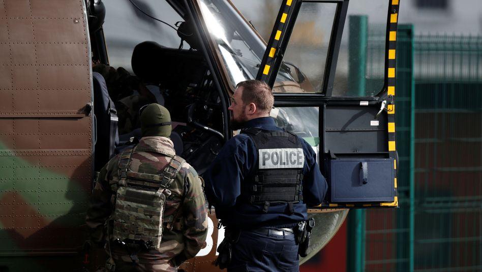 Polizei und Soldaten vor dem französischen Gefängnis
