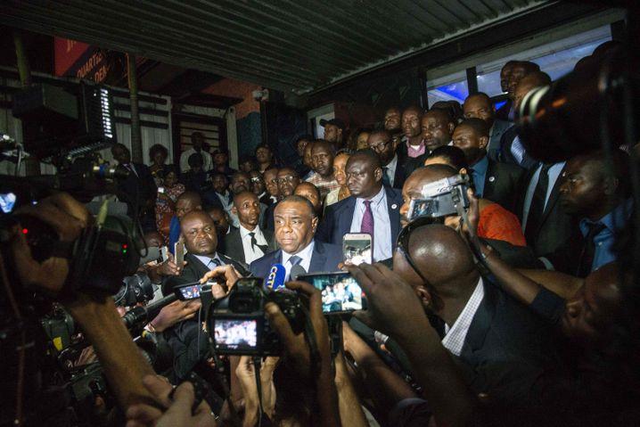 Presserummel nach der Ankunft Bembas in Kinshasa am 1. August