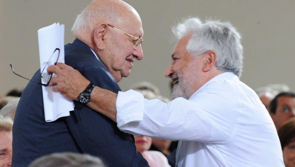Preisträger Marcel Reich-Ranicki (l) bedankt sich bei seinem Laudator Henryk M. Broder.