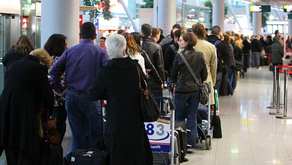 Warteschlange am Flughafen Düsseldorf: Inkasso mal anders herum