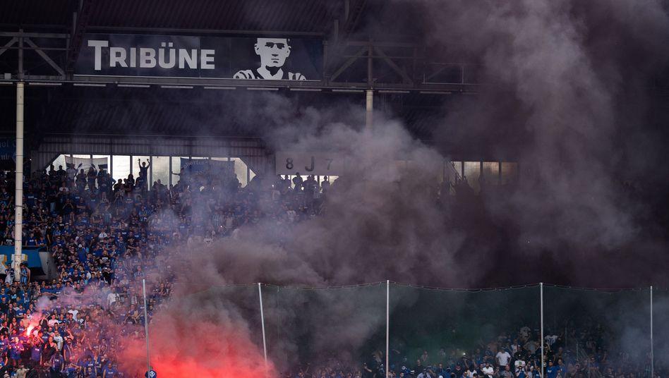 Schwarzer Rauch im Mannheimer Fanblock
