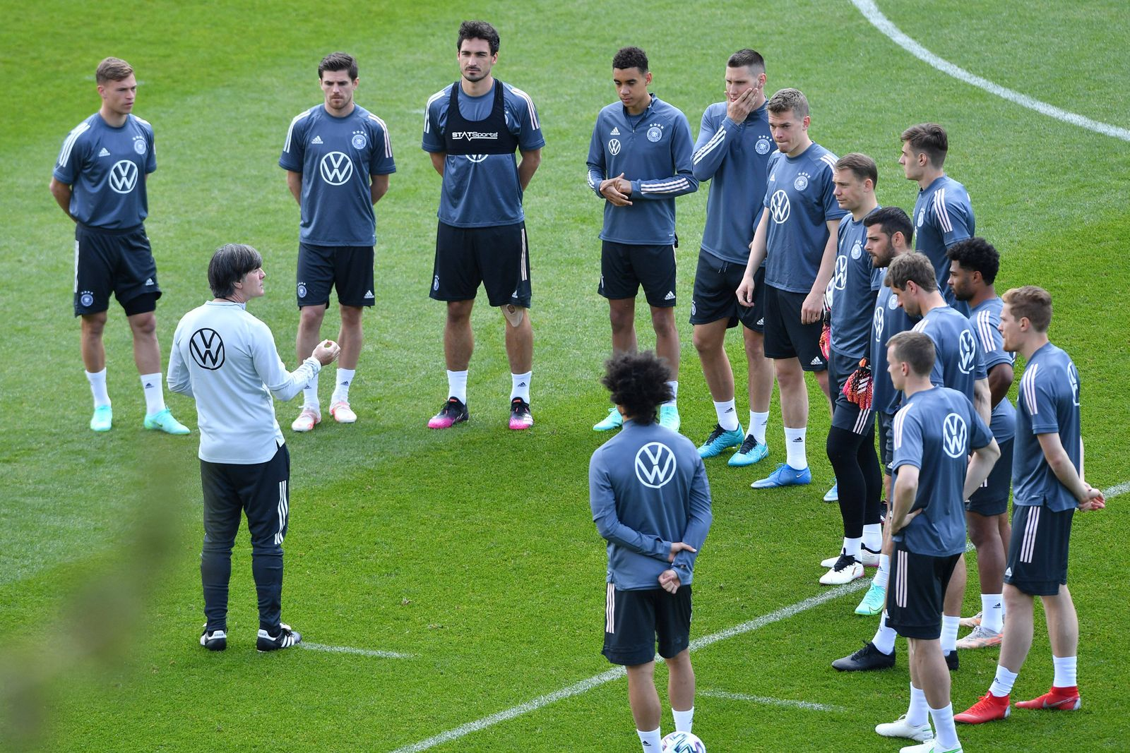 Trainingslager deutsche Fußball-Nationalmannschaft am 02.06.2021 in Seefeld Ansprache Joachim Jogi Löw ( Bundestrainer