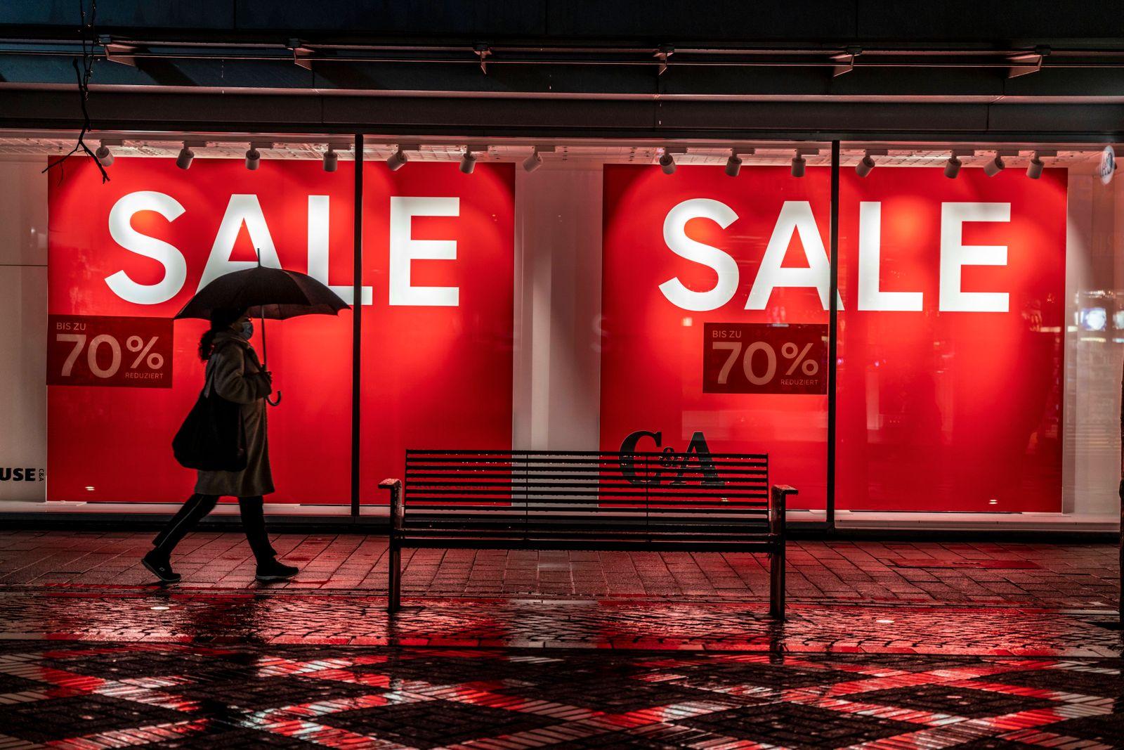 Die Innenstadt von Gelsenkirchen, Fussgängerzone, Bahnhofstrasse, Sale, Schlussverkauf, 70% Rabatt, C&A Modegeschäft, K