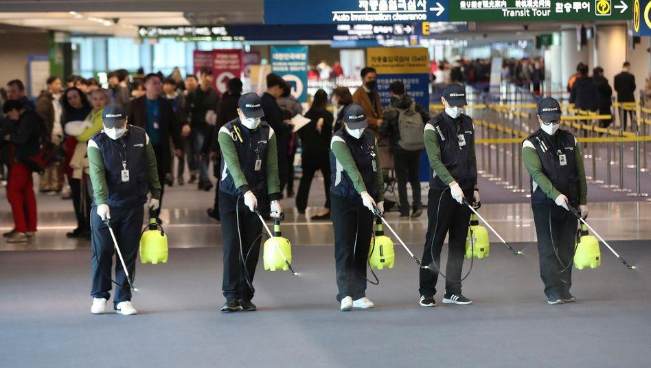 Desinfektionsarbeiten am Flughafen Incheon in Südkorea: Verluste wie in der Finanzkrise?