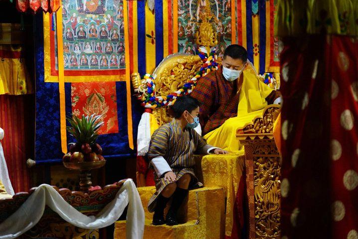 Bhutans König Jigme Khesar Namgyel Wangchuck und Königin Jetsun Pema besuchten im April ein Impfzentrum in der Regiohn Mongar