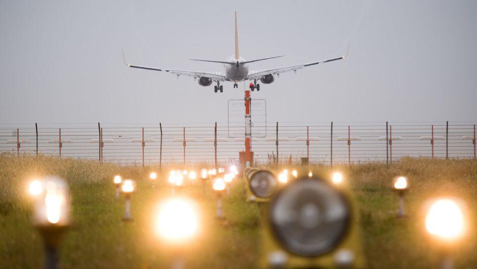 Ein Flugzeug landet auf dem Airport in Hannover (Archivbild)
