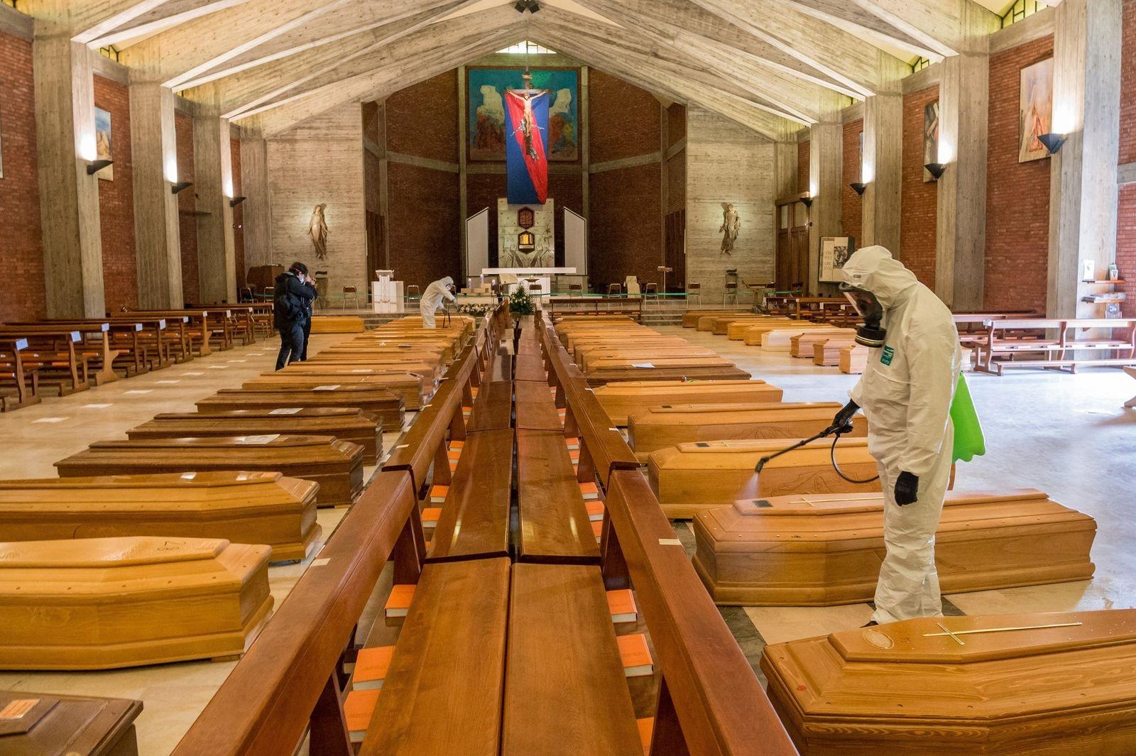 Corona-Krise: Erst die Aussegnung, dann der Abtransport - 90 Covid-19-Tote werden in Seriate zur Einäscherung gebracht
