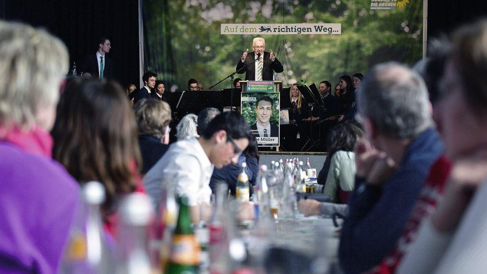 Politiker Kretschmann mit Parteikollegen beim Wahlkampf in Aalen:»Ich unterstütze den Kurs der Kanzlerin mit aller Kraft und Leidenschaft«