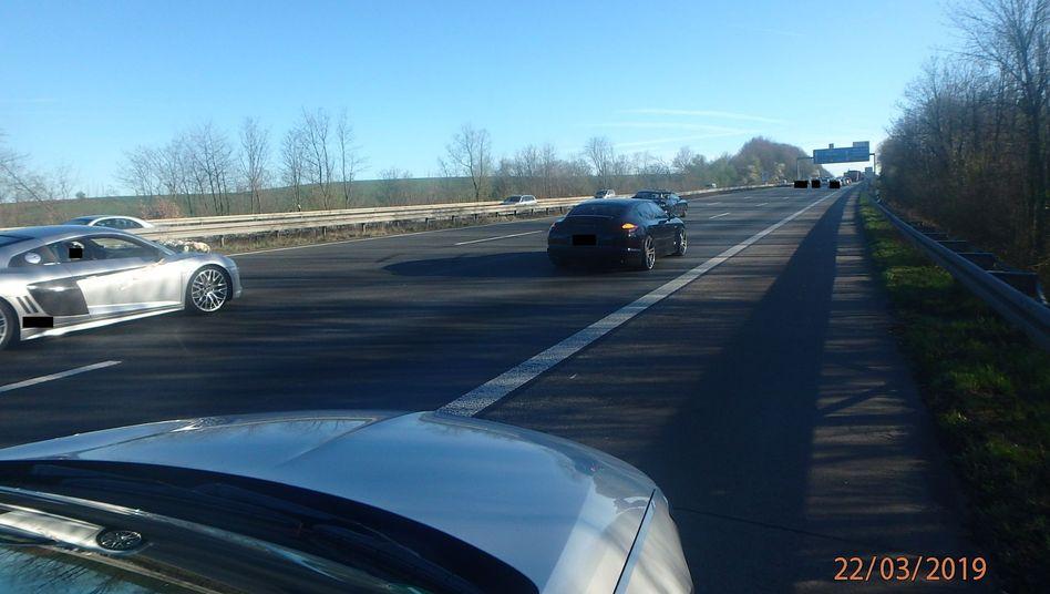 Eine mutmaßliche Hochzeitsgesellschaft in Luxusautos blockierte die Autobahn bei Ratingen
