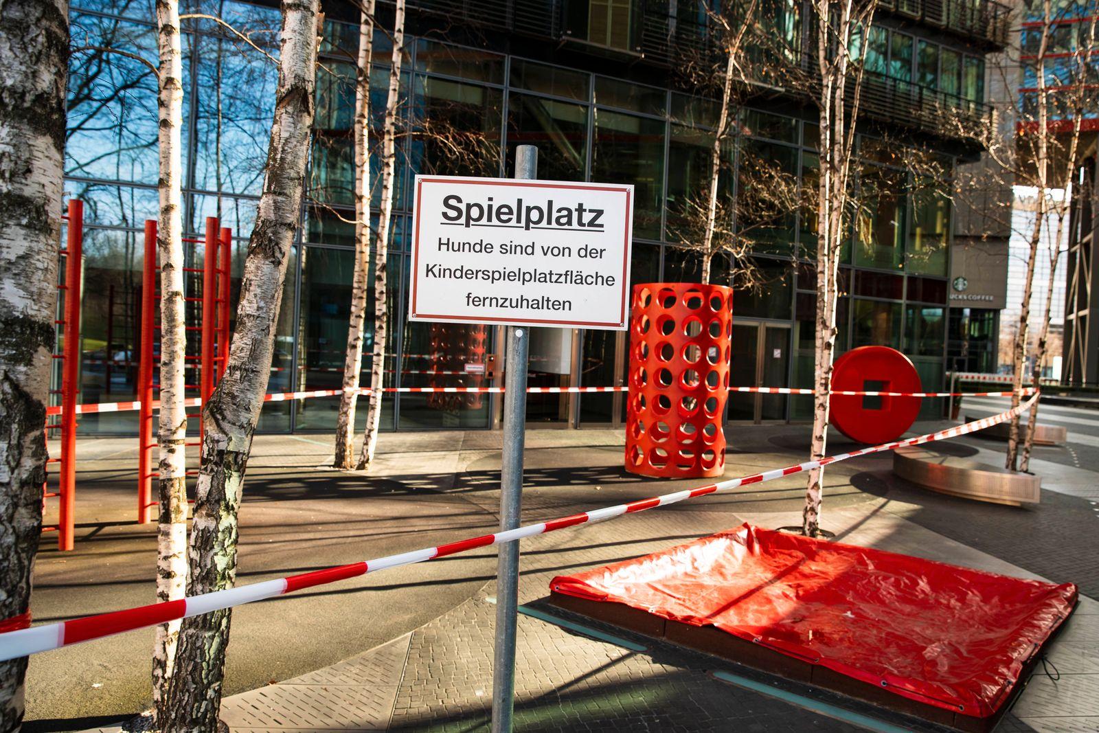 Geschlossene Spielplatz in Berlin am 2. April 2020. Um die Verbreitung des Coronavirus (SARS-CoV-2) zu verlangsamen besc