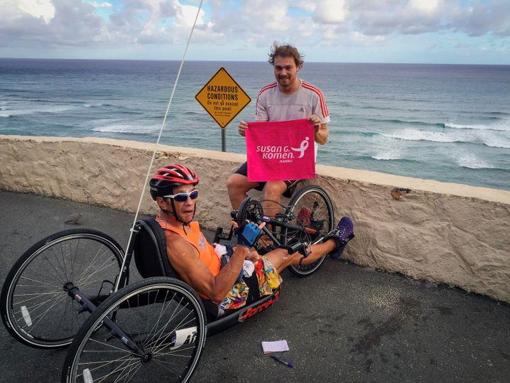 Marcus Richter mit Kimo, dem er bei Fahrradrennen hilft