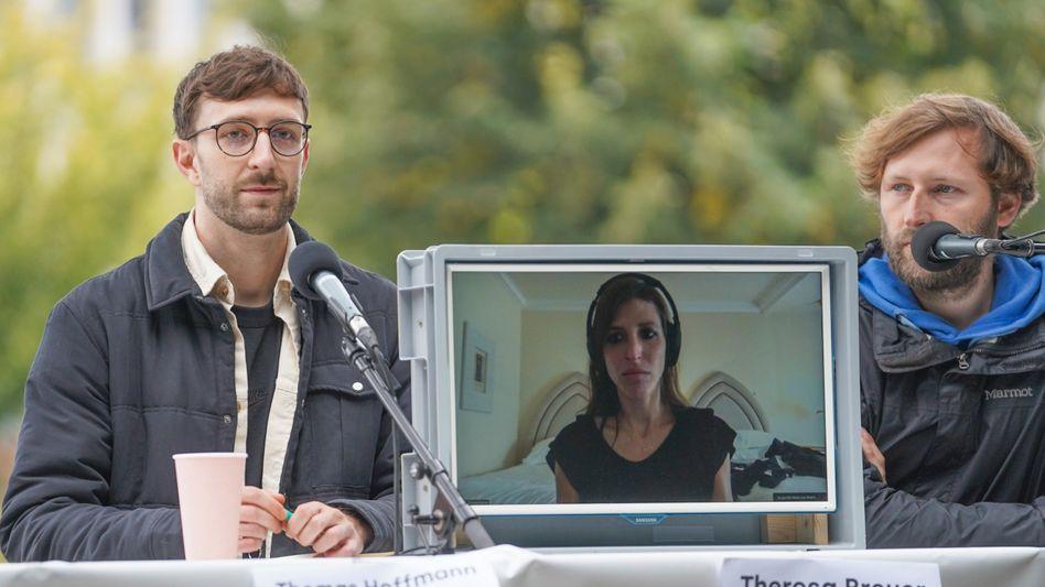 Bei einer Pressekonferenz mit den anderen Mitgliedern der »Luftbrücke Kabul« wurde Theresa Breuer aus Doha zugeschaltet.