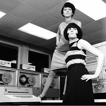 Der Rechner, ein Hightech-Requisit: Modefotos des Kleidungsherstellers Bleyle, Deutschland 1965